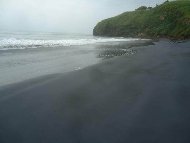 """Esta es Mompiche, conocida como la """"playa negra"""""""